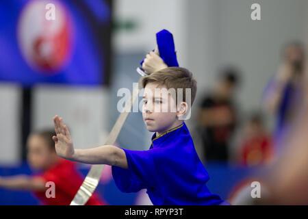 Moskau, Russland. 23 Feb, 2019. Ein Wettbewerber, der während der Eröffnungsfeier für die Moskauer Wushu Sterne 2019 Wettbewerb in Moskau, Russland, Jan. 23, 2019. Credit: Bai Xueqi/Xinhua/Alamy leben Nachrichten