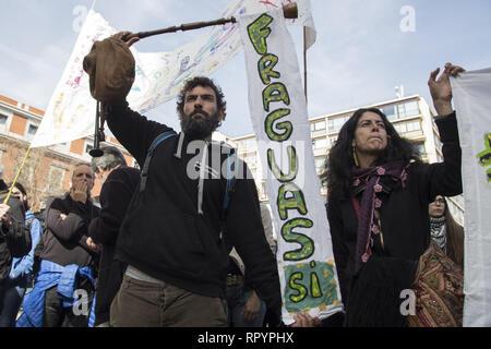 Madrid, Spanien. 23 Feb, 2019. Eine Demonstrantin gesehen halten ein Banner während des Protestes. Tausende Menschen protestieren in Madrid zur Unterstützung der Eco Village von fraguas in Guadalajara, so dass es nicht von der Regierung von Castilla La Mancha abgerissen werden. Fraguas wurde entvölkert Gemeinde in Spanien, aber im Jahr 2013 eine Gruppe von jungen Menschen siedelten sich in der Altstadt, die Vereinigten gerichtlichen Rechtsstreit mit der Regionalregierung von Kastilien-La Mancha, nachdem durch die Verbrechen der Usurpation der Befestigung gegen die Räumliche Planung des Territoriums und für Schäden an der Umwelt angeprangert wird. Credit: ZUMA Press, Inc./A - Stockfoto