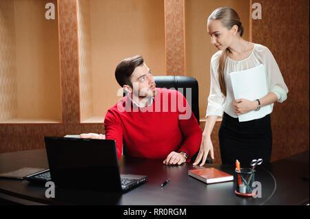 Zuversichtlich Boss mit Papier, etwas zu erklären, Sekretärin im Büro. - Stockfoto