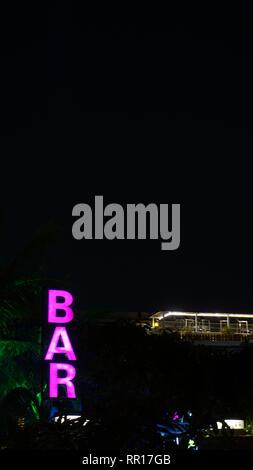 Flouresant neon pink Bar Schild - Vertikaler schwarzer Hintergrund - Stockfoto