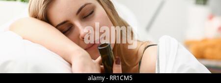 Einsame junge Frau schläft in den frühen Morgenstunden - Stockfoto