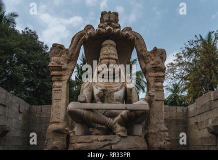 Lakshmi Narasimha Tempel oder Statue der Ugra Narsimha karnakata, Hampi Indien mit bewölktem Himmel Blu