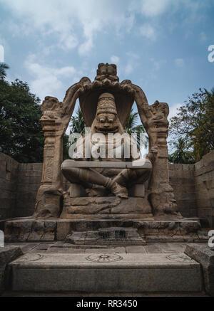 Lakshmi Narasimha Tempel oder Statue der Ugra Narsimha karnakata, Hampi Indien mit bewölktem Himmel