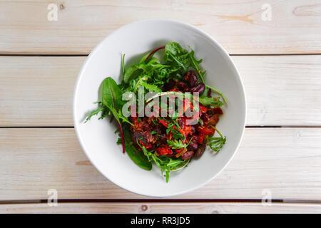 Salat mit roten Bohnen, Paprika und sonnengetrocknete Tomaten - Stockfoto