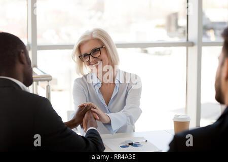 Reifen team leader Händeschütteln mit schwarzer Geschäftsmann - Stockfoto
