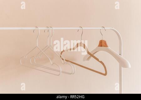 Holz Kleiderbügel auf Kleiderstange. - Stockfoto