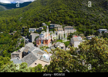 Dorf von Nonza mit Saint-Julie's Kirche. Nonza, Cap Corse, Corsica, Frankreich - Stockfoto