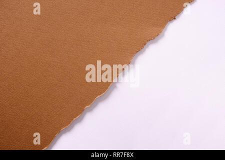 Zerrissen braunes Papier diagonale Streifen Hintergrund