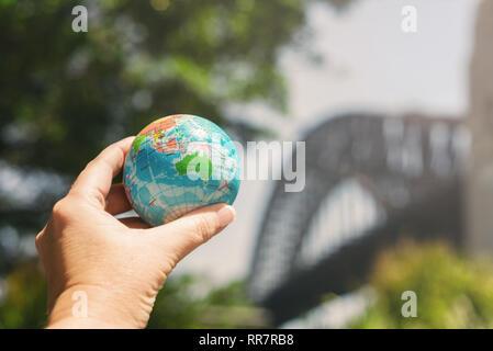Hand, die Welt vor der berühmten australischen Wahrzeichen - Stockfoto