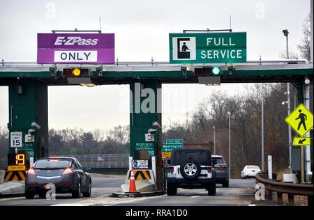NEW YORK, USA - Dezember 14, 2018: EZPass Zeichen und Terminal. E-ZPass ist elektronischen Mautsystem auf mautpflichtigen Straßen, Tunnel und Brücken verwendet, - Stockfoto