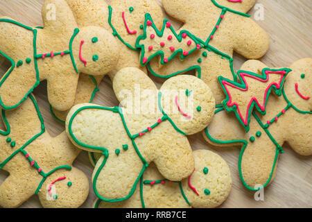 Lebkuchen und Weihnachtsplätzchen. Satz von saisonalen Weihnachten Lebkuchen Kekse in Form von Mann und Weihnachten Tannenbaum - Stockfoto