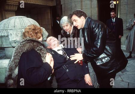 Sterben des Ron Rosenbaums und seiner Familie auf der Suche nach Heimat. Szene: Jacob (Buddy ELIAS) hat der Synagoge einen Schwächeanfall erlitten. Hier mit Esther-Edit (IRM HERMANN, l), Bubbe (RUTH GELLER) und Ron (DOMINIQUE HORWITZ). Regie: Josef Rödl aka. Zweiteiliger Fernsehfilm/Überschrift: Schalom, MEINE LIEBE (1) / BRD 1997 - Stockfoto