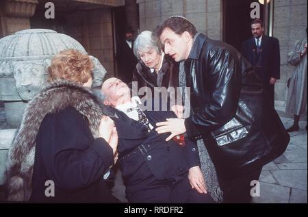 SCHALOM, MEINE LIEBE (1) - Sterben des Ron Rosenbaums und seiner Familie auf der Suche nach Heimat. Szene: Jacob (Buddy ELIAS) hat der Synagoge einen Schwächeanfall erlitten. Hier mit Esther-Edit (IRM HERMANN, l), Bubbe (RUTH GELLER) und Ron (DOMINIQUE HORWITZ). Regie: Josef RÜdl aka. Zweiteiliger Fernsehfilm/Überschrift: Schalom, MEINE LIEBE (1) / BRD 1997 - Stockfoto