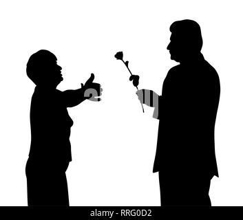 Ältere Frau will einen Mann, der gibt ihr eine Rose zu umarmen - Stockfoto