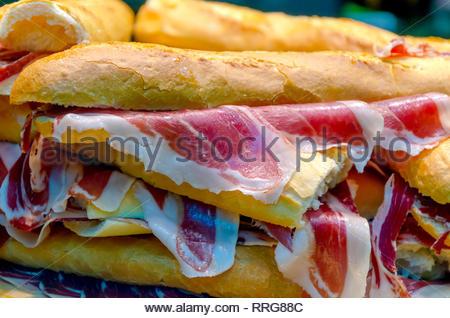 Typische Serrano oder iberischen Schinken Sandwich in einem Lebensmittelgeschäft. Bocadillo de Jamon. Bellota-schinken. Mojacar, Iberico. Typische spanische Schinken - Stockfoto