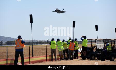 Die Royal Australian Air Force F-35 Lightning II führt eine Praxis Demonstration für den 2019 Australian International Airshow und Luftfahrt & Verteidigung Exposition in Geelong, Victoria, Australien, Nov. 25, 2019. Der F-35 wird das Rückgrat des zukünftigen US-Joint und Combined Air Operations werden, sodass kritische Interoperabilität. (U.S. Air Force Foto: Staff Sgt. Sergio A. Gamboa) - Stockfoto