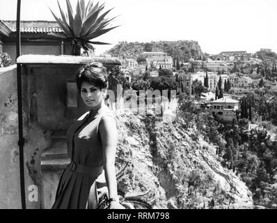 Loren, Sophia, * 20.09.1934, italienische Schauspielerin, halbe Länge, Taormina, 1950er Jahre, Additional-Rights - Clearance-Info - Not-Available - Stockfoto
