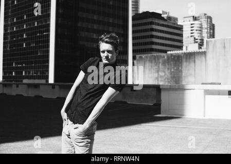 Portrait cool junge Mann auf städtischen Dach - Stockfoto