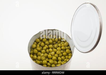 In der Nähe von Grün Kichererbsen in einer geöffneten Dose auf weißem Hintergrund