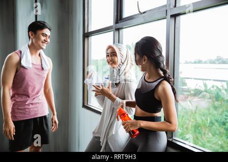 Sport Menschen, die miteinander sprechen, nach dem Training - Stockfoto