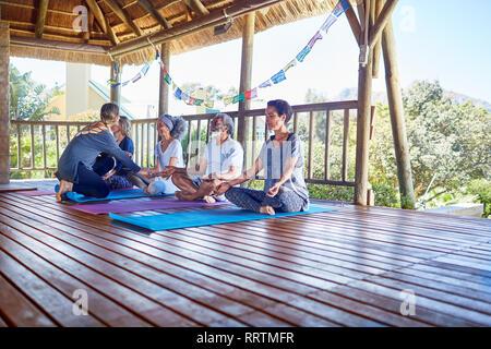 Männliche Freunde genießen Grill im sonnigen Sommer Hinterhof - Stockfoto