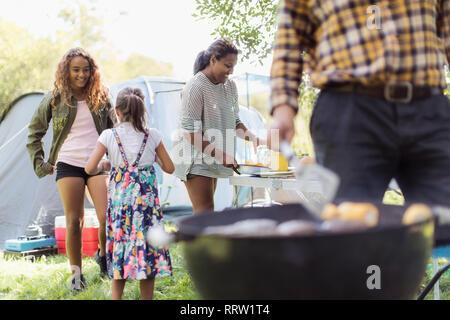 Familie grillen, Vorbereitung Mittagessen auf dem Campingplatz - Stockfoto