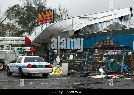Mobile Police und Alabama Power reagiert auf Alexander Hardware in Theodore, Alabama, nach einer EF-2 Tornado, 9. März 2011. - Stockfoto
