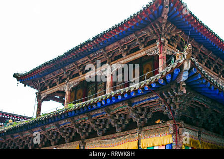 Holz- Traditionelle Chinesische Dach der Pagode. Bunte Dachkonstruktion der buddhistischen Tempel. Orientalische Architektur des Klosters Kumbum in Xining. - Stockfoto