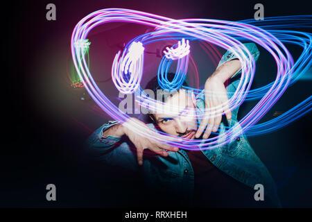 Gut aussehender bärtiger Mann tanzen im Rampenlicht - Stockfoto