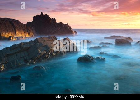 Sonnenuntergang auf dem felsigen Strand bei Hartland Quay an der Nordküste von Devon