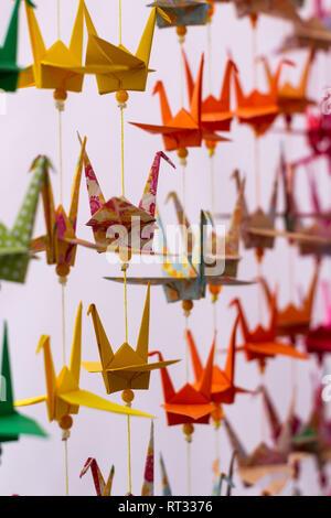 Mehrere Schwäne der dekorativen Farben in Papier. Bunte origami aus Japan. Papier gefaltet in Form von Tieren. Einige Silhouetten. Neutralstellung - Stockfoto