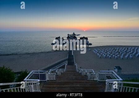 Deutschland, Mecklenburg-Vorpommern, Rügen, Sellin, Blick auf das Meer bridge bei Sonnenuntergang - Stockfoto