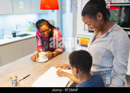 Multi-Generation, Familie Färbung in der Küche - Stockfoto