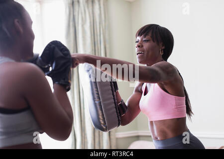 Mutter und Tochter boxing - Stockfoto