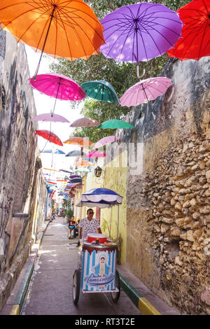 Kolumbien, Cartagena, Altstadt Stadtkern, Getsemani, Callejon Angosto Calle 27 hängende bunte Regenschirme, Installation, Hispanic Hispanics