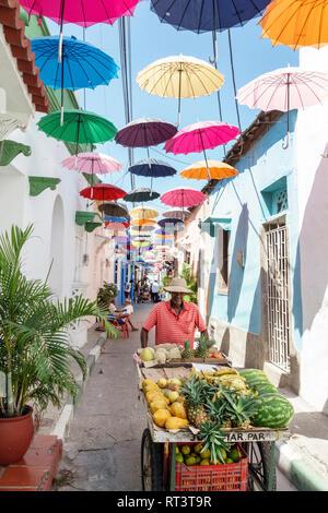 Cartagena Kolumbien, Altstadt mit Stadtmauern, Zentrum, Getsemani, Callejon Angosto Calle 27 hängende bunte Regenschirme, Installation, hispanische Residenz