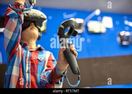 Moderne Technologie, Gaming und Personen Konzept - Junge in virtual reality Headset oder die 3D-Brille Videospiel spielen - Stockfoto
