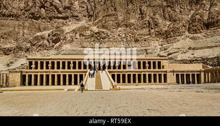 Der Tempel von Deir el-Bahri ist an der Basis der Felswänden im Desert Hills gelegen. - Stockfoto