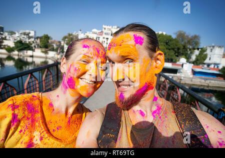 Foto Selfie touristische Paar mit bemaltem Gesicht feiert das bunte Fest der Heiligkeit auf der Straße von Udaipur, Rajasthan, Indien - Stockfoto