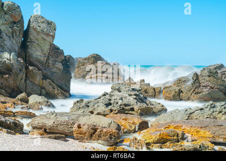 Wellen, die durch lange Belichtung waschen in Um felsige Küste, an der Basis der Mount Maunganui Tauranga, Neuseeland geglättet - Stockfoto