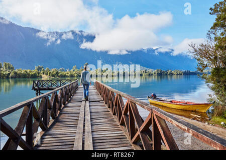 Chile Chaiten, Lago Rosselot, Frau auf dem Steg - Stockfoto