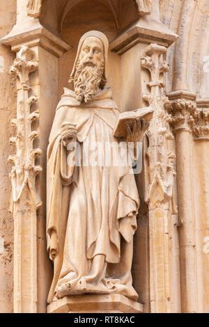 PALMA DE MALLORCA, SPANIEN - Januar 27, 2019: Die gotische Statue des Heiligen Antonius von Ägypten (eremiten) auf das Hauptportal der Kirche Iglesia de San Miguel von - Stockfoto