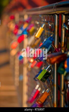 Farbige Verschlüsse auf die Brücke, sicher die Liebe, Paar - Stockfoto