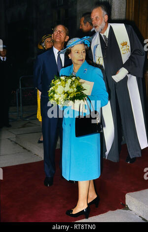 Ihre Majestät Königin Elizabeth II lächelnd in grünen Hut und Mantel gekleidet. JMH5010 ...