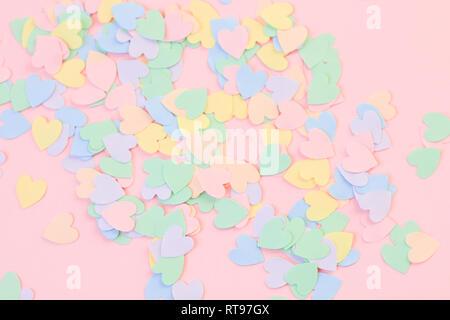 Bunte Herzen auf einem rosa Hintergrund - Stockfoto