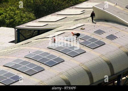 Sonnenkollektoren auf dem Dach der Delhi Metro Station installiert Stockfoto