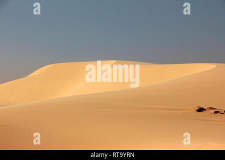 Ein schönes Bild von der Sanddüne (weißer Sand dune) mit blauer Himmel im Sommer in Mui Ne, Vietnam. - Stockfoto