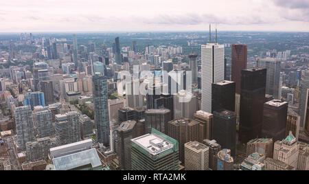 TORONTO, ONTARIO, Kanada - 25. JUNI 2018: Toronto Wolkenkratzer an einem bewölkten Tag, Fotografie vom CN Tower genommen