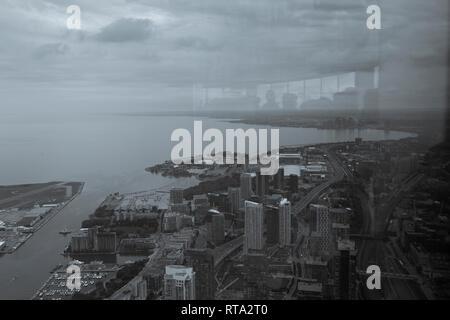 Toronto an einem bewölkten Tag, Fotografie vom CN Tower, die mit einer Reflexion des Menschen in der Stadt suchen