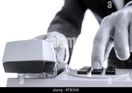 Vorderansicht des Business mann Wählen einer Telefonnummer. Auf weissem Hintergrund. - Stockfoto